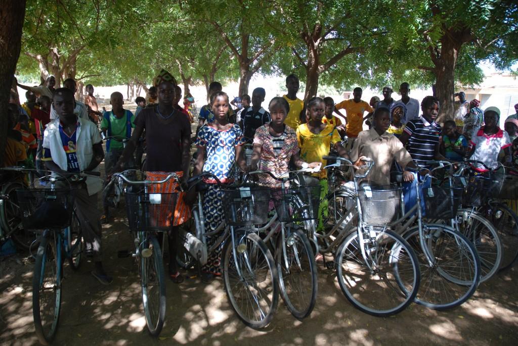 Les enfants de Nungu avec leurs vélo